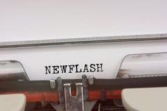 Mot de Newflash dactylographié sur une machine à écrire de vintage Images libres de droits