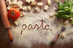 Mot de pâtes écrit sur la table Image stock