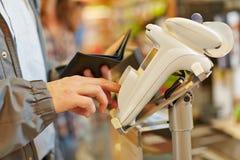 Mot de passe de dactylographie d'homme au contrôle de supermarché Photographie stock