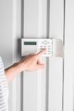Mot de passe de dactylographie de personne sur l'alarme de sécurité à la maison Photo libre de droits