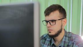 Mot de passe de terrorisme de Cyber de crime de pirate informatique de réflexion de dépendance d'Internet entaillant HD banque de vidéos