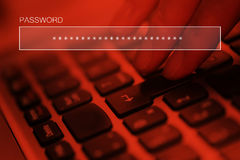 Mot de passe en ligne de dactylographie de compte sur le clavier d'ordinateur portable Photographie stock