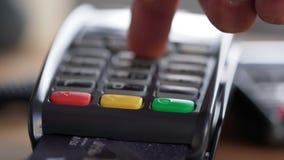 Mot de passe entrant de salaire de personne pour retirer des fonds banque de vidéos