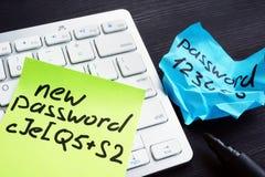 Mot de passe fort et faible sur des morceaux de papier Sécurité et protection de mot de passe image stock