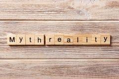 Mot de réalité de mythe écrit sur le bloc en bois Texte de réalité de mythe sur la table, concept photo libre de droits