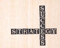 Mot de réussite et de stratégie estampé sur en bois Photos stock