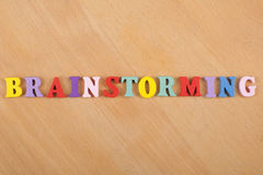 Mot de SÉANCE DE RÉFLEXION sur le fond en bois composé des lettres en bois d'ABC de bloc coloré d'alphabet, l'espace de copie pou Photo libre de droits