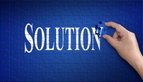 Mot de solution sur le casse-tête Main d'homme tenant un puzzle bleu t Photo stock