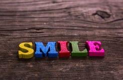 Mot de sourire fait de lettres en bois Photo libre de droits