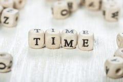 Mot de temps écrit sur le bloc en bois Images libres de droits