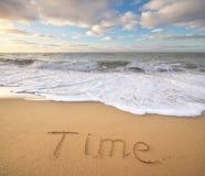 Mot de temps sur le sable de mer Image stock