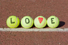 Mot de tennis d'amour et forme de coeur Photos stock