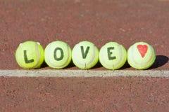 Mot de tennis d'amour et forme de coeur Images libres de droits