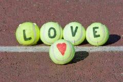Mot de tennis d'amour et forme de coeur Photo libre de droits