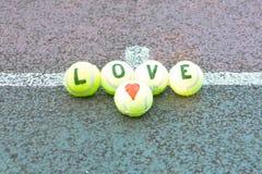 Mot de tennis d'amour et forme de coeur Images stock