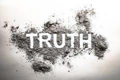 Mot de vérité écrit dans la cendre, la poussière, la saleté ou les ordures en tant que concentré cynique image stock