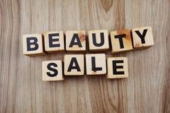 Mot de vente de beauté avec la copie de l'espace sur le fond en bois images libres de droits