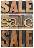 Mot de vente dans le type en bois images stock