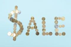 Mot de vente sur le fond bleu composé des lettres en bois d'ABC de bloc coloré d'alphabet, l'espace de copie pour le texte d'anno Photos stock