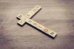Mot de vision et de mission sur la table en bois pour le concept d'affaires Photo libre de droits