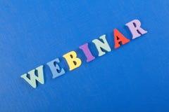 Mot de WEBINAR sur le fond bleu composé des lettres en bois d'ABC de bloc coloré d'alphabet, l'espace de copie pour le texte d'an Image stock