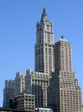 mot den blåa byggnadsskyen royaltyfri fotografi