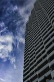 mot den blåa byggnadsskyen Royaltyfria Foton