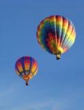 mot den blåa färgrika skyen för ballonger Royaltyfri Foto