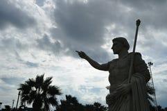 mot den blåa frihetskystatyn royaltyfri fotografi