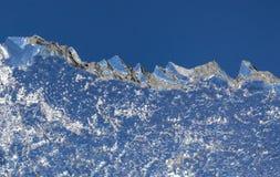 Is mot den blåa himlen solljus f?r omr?de f?r sammans?ttningsberg naturligt En vinter landskap En struktur av det djupfrysta vatt arkivfoton