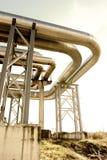 mot den blåa industriella pipelinesskyen Arkivfoto