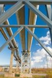 mot den blåa industriella pipelinesskyen Fotografering för Bildbyråer