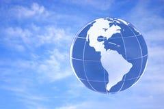 mot den blåa jordklotskyen Royaltyfri Bild