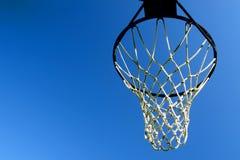 mot den blåa klara beslagskyen för basket arkivbild