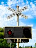 mot den blåa kommande skyen för tecknet för den järnväg vägen för crossingmekaniker set som traffic drevet, varna Arkivfoto