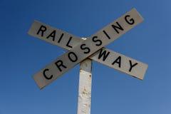 mot den blåa kommande skyen för tecknet för den järnväg vägen för crossingmekaniker set som traffic drevet, varna Royaltyfri Foto