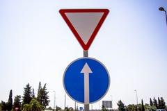 mot den blåa kommande skyen för tecknet för den järnväg vägen för crossingmekaniker set som traffic drevet, varna Royaltyfria Bilder