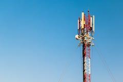 mot den blåa kommunikationsskyen för antenner Royaltyfri Fotografi