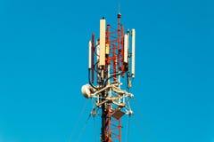 mot den blåa kommunikationsskyen för antenner Royaltyfri Foto