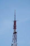 mot den blåa kommunikationsskyen för antenner Arkivfoton