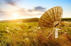 mot den blåa satellitskyen för antenn Arkivfoto