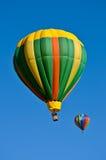mot den blåa varma skyen för luftballong Arkivbild