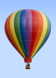 mot den blåa varma skyen för luftballong Arkivfoto