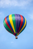 mot den blåa varma skyen för luftballong Royaltyfri Foto