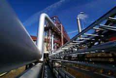mot den blåa industriella pipelinesskyen Arkivbild