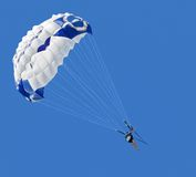 mot den blåa parasailerskyen Royaltyfri Fotografi