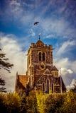 mot den dramatiska engelska skyen för bluekyrka Arkivbilder