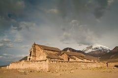 mot den dramatiska skyen för forntida kapell Royaltyfria Bilder