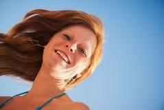 mot den haired lyckliga röda skyen för härlig flicka Arkivbild