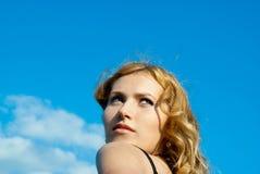 mot den haired röda skyen för härlig flicka Arkivbilder